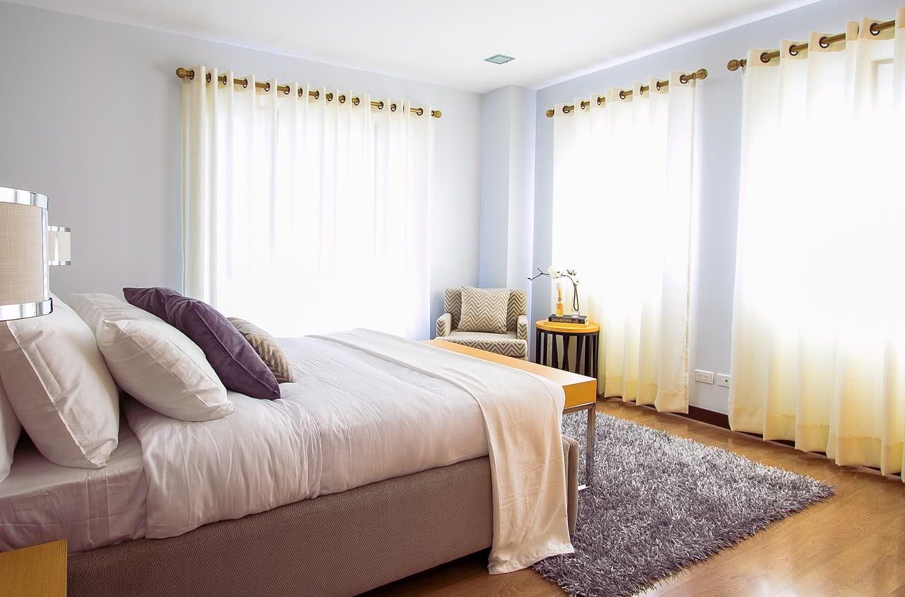 łóżko w sypialni - przykładowa aranżacja